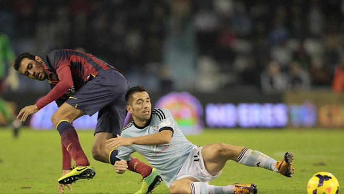 RC Celta's Charles Dias de Oliveira from Brasil, centre,  fights for the ball with FC Barcelona's Sergio Busquets during a Spanish La Liga soccer match at the Balaidos stadium in Vigo, Spain, Tuesday, Oct. 29, 2013