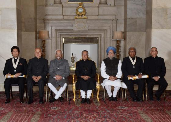 President Pranab Mukherjee, Vice-President Mohammad Hamid Ansari, Prime Minister Manmohan Singh and Union Home Minister Sushilkumar Shinde with Bharat Ratna awardees cricket legend Sachin Tendulkar an