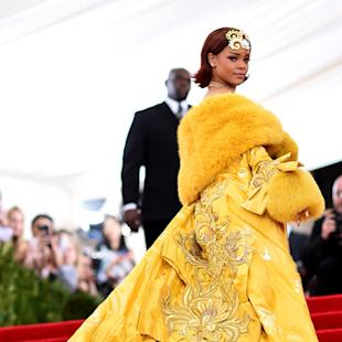 Rihanna Shuts Down 2015 Met Gala Red Carpet With Epic Yellow Cape