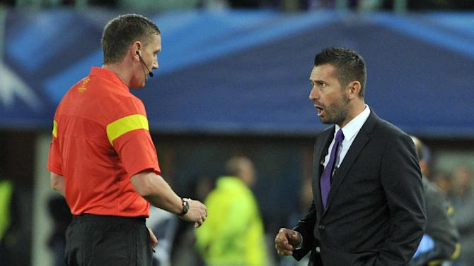 Referee Craig Thomson of Scotland, left,  talks to Austria's head coach Nenad Bjelica, during their Champions League first round group G soccer match between FK Austria Wien and FC Porto, in Vienna, Austria, Wednesday, Sept. 18, 2013