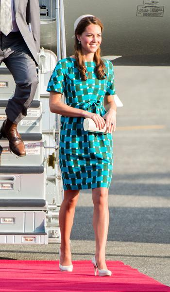 Even when she is disembarking from a plane, Kate still manages to look perfect and polished. Here she is getting off the plane in Honiara, decked out in an aqua geometric print dress by Jonathan Saund