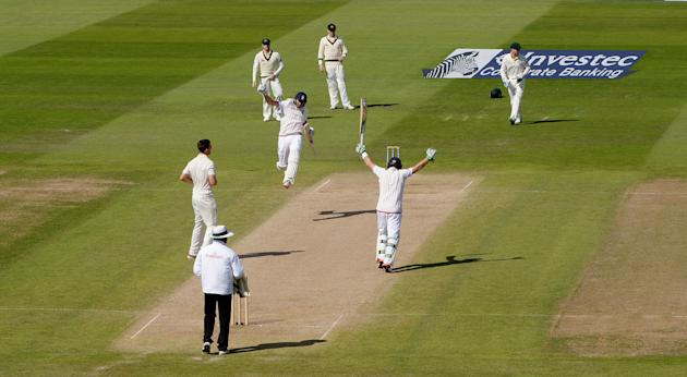 England's Joe Root and Ian Bell celebrate as England win the third Ashes Test match