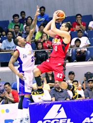 Barako Bull's Danny Seigle with a running jumper against Petron's Jay Washington. (Nuki Sabio/PBA Images)