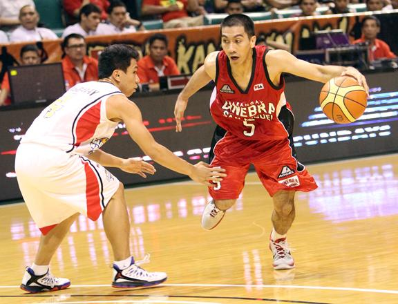 LA Tenorio brings up the ball against Rudy Lingganay. (PBA Images)