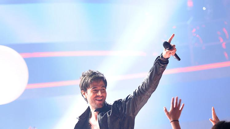 "Enrique Iglesias performs ""Dirty Dancer"" and ""I Like It"" on ""American Idol."""