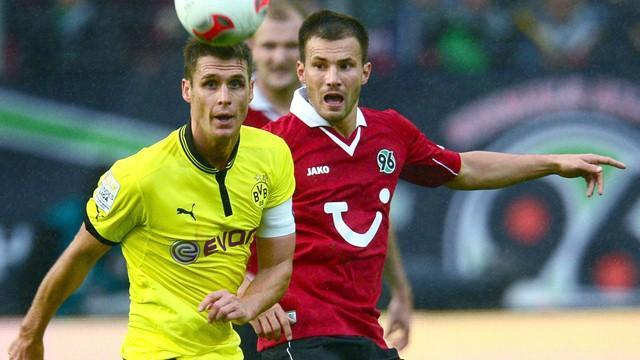 Dortmund stung by Hanover's late goal