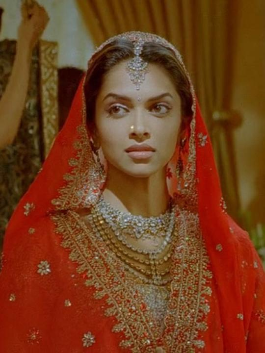 Images via : iDiva.comDeepika looks like a typical Indian bride dressed in red and is covered from top to bottom in Love Aaj Kal. We like the quirky neckpiece.Related Articles - Style Tips from Sexy C