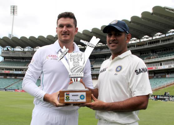 South African cricket captain Graeme Smith and Indian cricket captain MS Dhoni with the trophy ahead of the 1st Test match between India and South Africa in Johannesburg on on Dec.17, 2013. (Photo: IA
