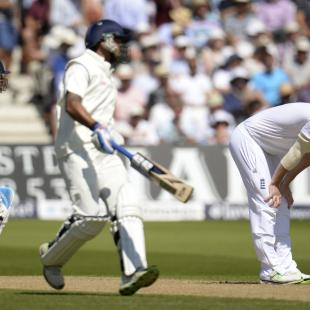1st Test Live: Vijay departs, Dhoni continues fight