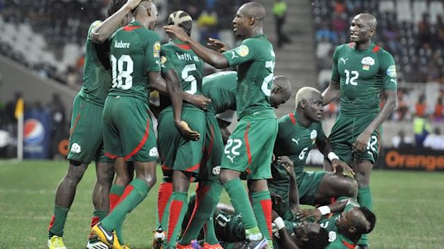 SOUTH AFRICA, Nelspruit : Burkina Faso's midfielder Jonathan Pitroipa (down 2ndR) is congratulated by teammates after scoring a goal during the African Cup of Nation 2013 quarter final football match Burkina Faso vs Togo, on February 3