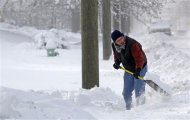 Tom Zeigler shovels snow from the sidewalk in front of his home in Indianapolis, Indiana January 6, 2014. REUTERS/Nate Chute