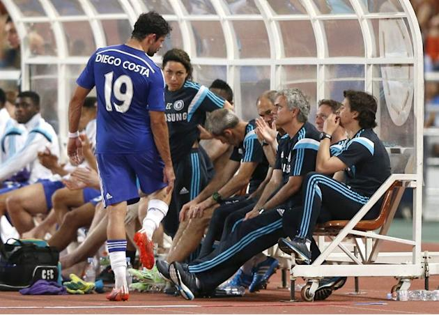 RUN317. Bangkok (Thailand), 30/05/2015.- Chelsea's striker Diego Costa (L) talks to Portuguese manager Jose Mourinho (2-R) during the friendly soccer match between Chelsea FC and Thailand All-Star