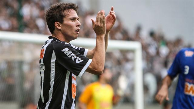 South American Football - Bernard could hold key in Libertadores Cup final