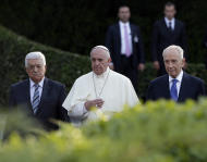 Pope Francis is flanked by Israel's President Shimon Peres, right, and Palestinian President Mahmoud Abbas during an evening of peace prayers in the Vatican gardens, Sunday, June 8, 2014. Pope Francis waded head-first into Mideast peace-making Sunday, welcoming the Israeli and Palestinian presidents to the Vatican for an evening of peace prayers just weeks after the last round of U.S.-sponsored negotiations collapsed. (AP Photo/Gregorio Borgia)