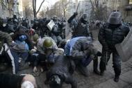 Riot police attack anti-government protesters during clashes in Kiev, February 18, 2014. REUTERS/Maks Levin