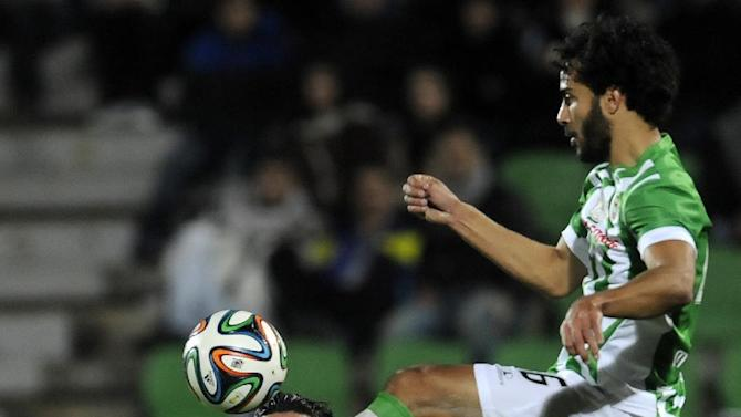 """FC Porto's Luis """"Lica"""" Carneiro, left, eyes Rio Ave's Marcelo Fernandes, from Brazil, in a Portuguese League soccer match, in Vila do Conde, northern Portugal, Sunday, Dec. 15, 2013"""
