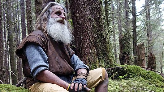 Ενας σύγχρονος Ταρζάν: Ζει στο δάσος και πλένει τα δόντια του με κουκουνάρια
