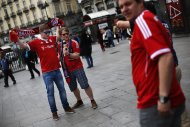Bayern Munich supporters get their picture taken in central Madrid April 23, 2014. Bayern Munich plays Real Madrid in their Champion's League semi-final first leg soccer match in Madrid on Wednesday. REUTERS/Susana Vera (SPAIN - Tags: SPORT SOCCER)