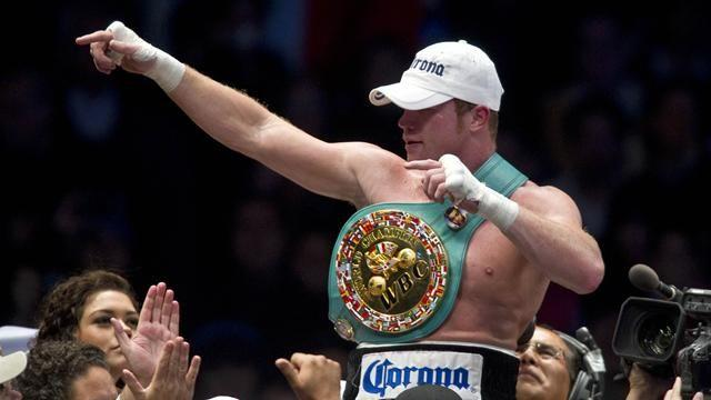 Boxing - Alvarez avenges brother to unify titles in Texas
