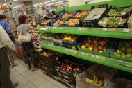 People buy imported fruit at a supermarket in downtown Moscow on Thursday, Aug. 7, 2014. The Russian government has banned all imports of meat, fish, milk and milk products and fruit and vegetables from the United States, the European Union, Australia, Canada and Norway, Prime Minister Dmitry Medvedev announced Thursday. The move was taken on orders from President Vladimir Putin in response to sanctions imposed on Russia by the West over the crisis in Ukraine. The ban has been introduced for one year. (AP Photo/Ivan Sekretarev)