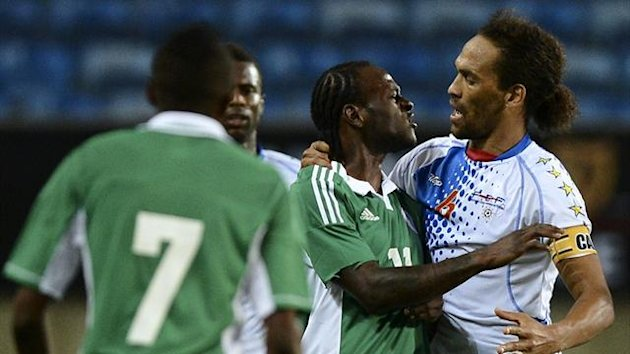 Nigeria's forward Victor Moses (C) argues with Cape Verde's defender Nando (R) during the International friendly in Faro (AFP)