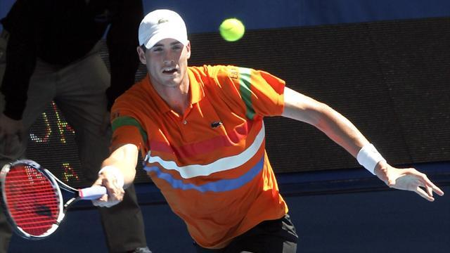 Tennis - Isner pulls out of Hopman Cup with knee injury