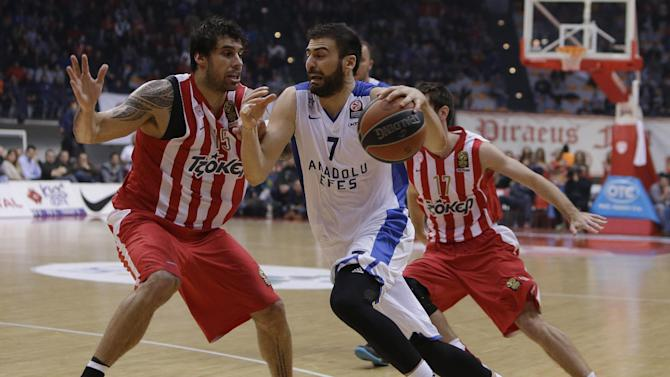 Olympiakos' Georgios Printezis, left, defends against Anadolou Efes' Kostas Vasileiadis during their Euroleague basketball match of Top 16 in the port of Piraeus, near Athens, Greece,Thursday, Feb. 13, 2014. (AP Photo/Thanassis Stavrakis)