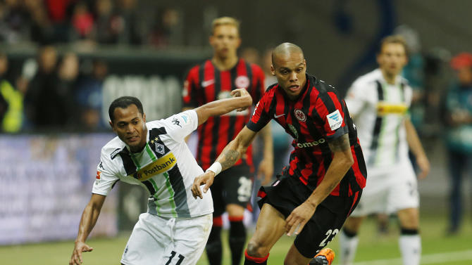 Frankfurt's Anderson from Brazil, right, and Moenchengladbach's Raffael from Brazil challenge for the ball during a German first division Bundesliga soccer match between Eintracht Frankfurt and Borussia Moenchengladbach in Frankfurt, Germany, Friday, April 17, 2015. (AP Photo/Michael Probst)