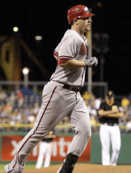 Chis Johnson, de los Diamondbacks de Arizona, corre a home después de conectar un cuadrangular en la novena entrada del partido contra los Piratas de Pittsburgh, el martes 7 de agosto de 2012. Los Diamondbacks ganaron 10-4. (AP Foto/Gene J. Puskar)