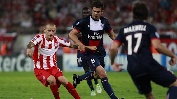 Vladimir Weiss of Olympiakos, left and Thiaggo Motta of Paris Saint Germain fight for the ball during the soccer Champions League group C match between Olympiakos and Paris Saint Germain in Piraeus, Greece, Tuesday, Sept. 17, 2013