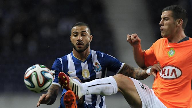 FC Porto's Ricardo Quaresma, left, challenges Vitoria Setubal's Pedro Tiba in a Portuguese League soccer match at the Dragao Stadium in Porto, Portugal, Sunday, Jan. 19, 2014. (AP Photo / Paulo Duarte)
