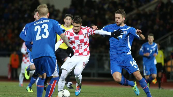 Iceland's Kari Arnason, right, and Ari Freyr Skulason, left, challenge Croatia's Ivo Ilicevic during their World Cup qualifying playoff first leg soccer match in Reykjavik, Iceland, Friday Nov. 15, 2013