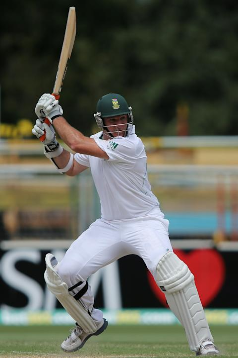 ADELAIDE, AUSTRALIA - NOVEMBER 23:  Graeme Smith of South Africa bats during day two of the Second Test match between Australia and South Africa at Adelaide Oval on November 23, 2012 in Adelaide, Aust