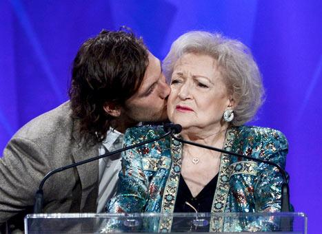 Alex Pettyfer Kisses Betty White at the GLAAD Media Awards: Picture