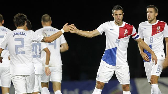 World Cup - Netherlands book place in Brazil after Van Persie double