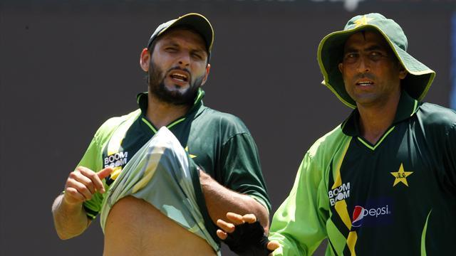 Cricket - Afridi and Younus chased for unpaid taxes