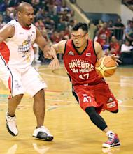 Mark Caguioa drives past Willie Miller. (PBA Images)