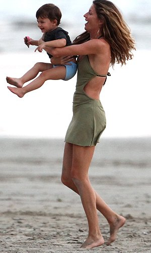 Gisele frolics on the beach with her son Benjamin. (RS/X17online.com)