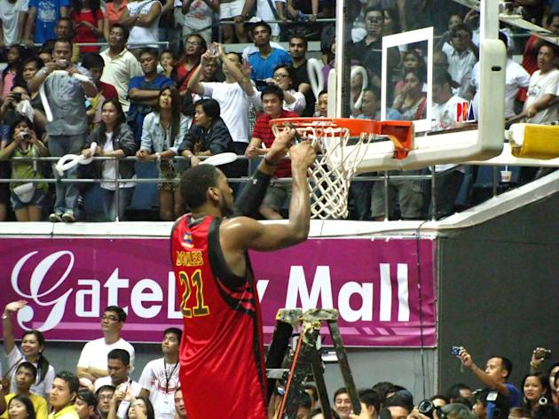 Denzel Bowles cuts down the net