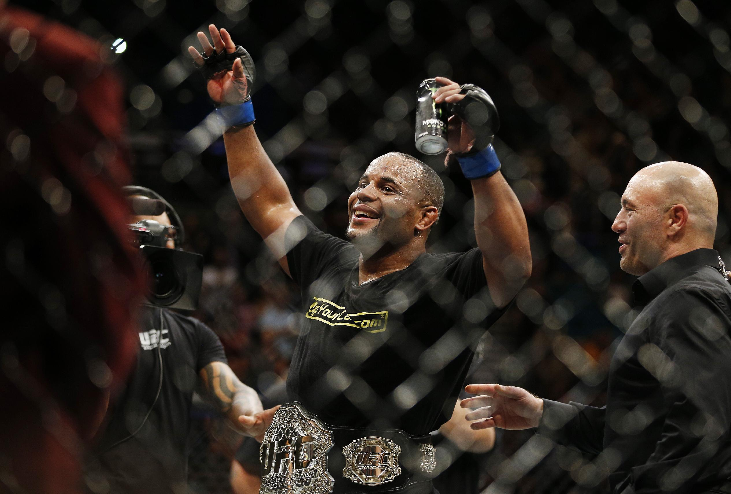 Cormier submits Johnson in 3rd, wins vacant title at UFC 187
