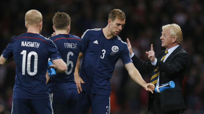 Scotland manager Gordon Strachan talks with Steven Whittaker and teammates