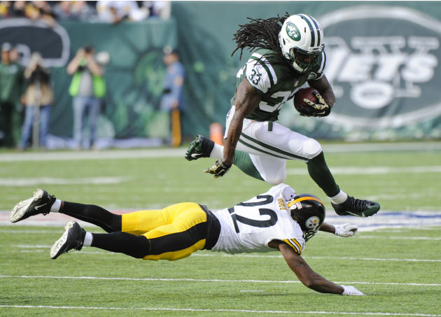El corredor Chris Marfil (33) de Los Jets de Nueva York Sobre salta William Gay (22) de Los Steelers de Pittsburgh, De De El domingo 9 de noviembre de 2014. (AP Foto / Bill Kostroun)