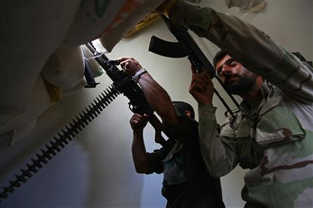 Free Syrian Army fighters aim their weapons as they take defensive positions in Aleppo's Bustan al-Qasr district, September 23, 2013. REUTERS/Hamid Khatib