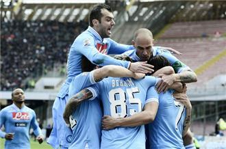 Napoli keep slim title hopes alive