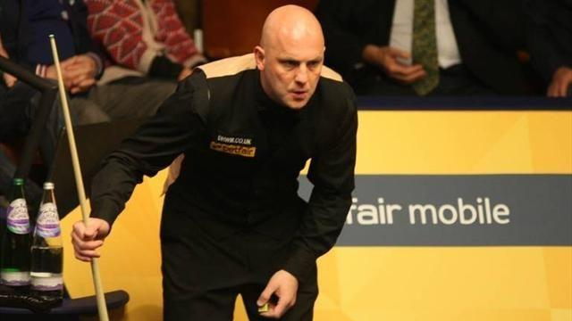Snooker - King holds edge over Ding