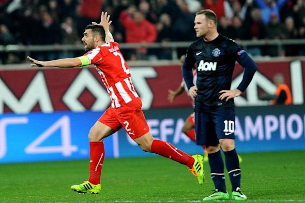 Olympiakos's Giannis Maniatis (L) celebrates scoring a goal during their UEFA Champions League round of 16 first leg match against Manchester United, at Karaiskaki Stadium in Athens, on February 25, 2014