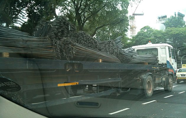 No ropes seem to be fastening the load of this vehicle spotted along Telok Blangah Road in December 2011. (Photo courtesy of Patrick Foong)