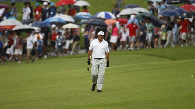 Golf - Mickelson survives in Singapore after miracle shot on 18th