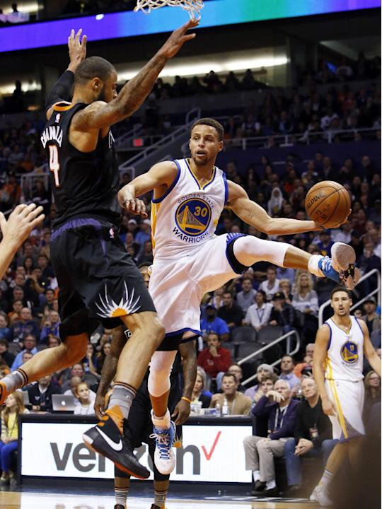 Golden State Warriors guard Stephen Curry (30) drives around Phoenix Suns center Tyson Chandler in the second quarter during an NBA basketball game, Friday, Nov. 27, 2015, in Phoenix. (AP Photo/Rick S