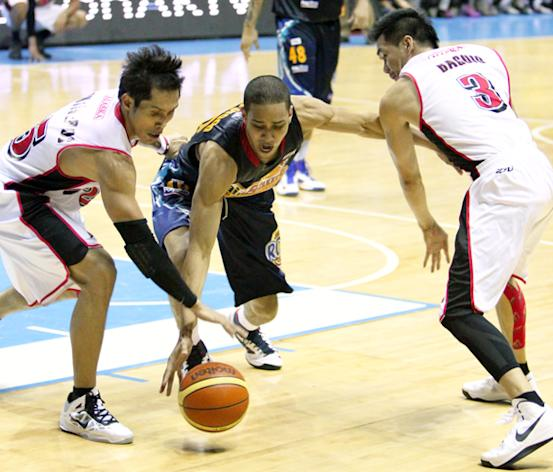 Gabe Norwood scrambles for the looseball against Dondon Hontiveros and Cyrus Baguio. (PBA Images)